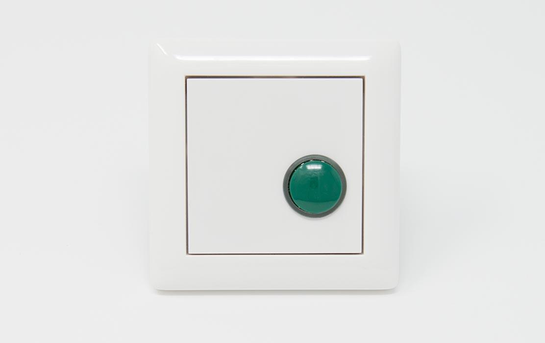 Ruftaster in weiß mit grünem Knopf